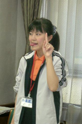 舌の体操でペコちゃん顔のスタッフ