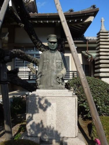 西林寺に安置されている渡辺大将銅像