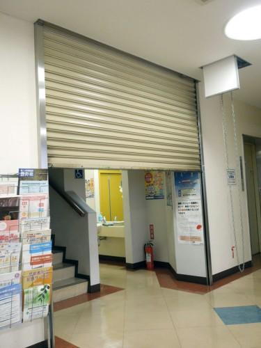 当診療所の防火シャッター。点検は天井裏のヒモを引いて手動でおこなう。