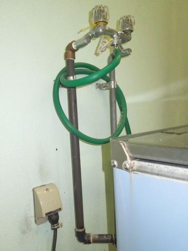ホットパック装置のプラグは防水コンセントに差し込んである。
