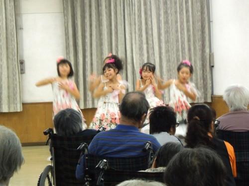 KARAの「HONEY」を踊る少女たち