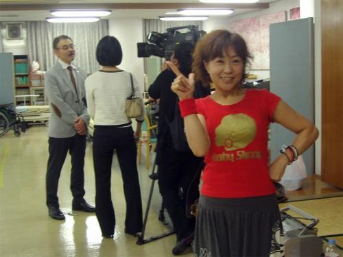 テレビ取材の合い間、おちゃめにポーズしてみせる榎本加代子先生