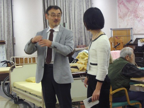 NHK記者の取材を受ける筆者