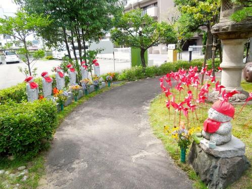 庭園に立っている「六地蔵」と「撫で地蔵」