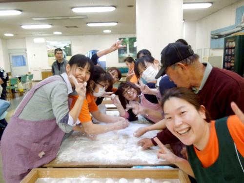ノリノリで丸餅を作っている女子たち(とおじさん)