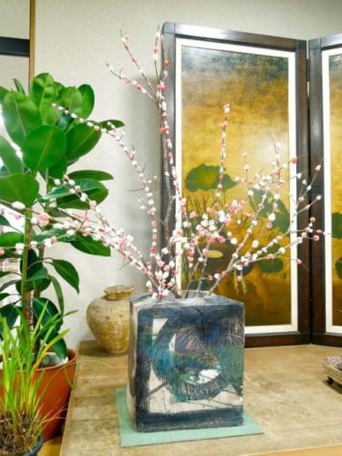 ロビーに展示した餅花。花器は施設長の陶芸作品