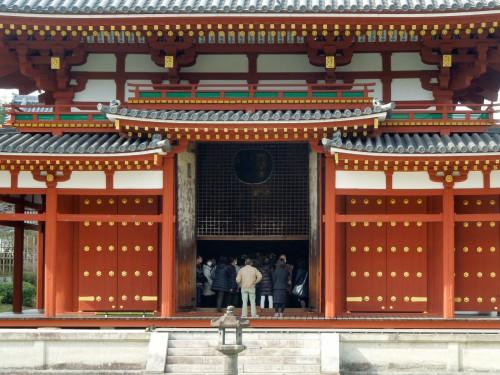 内部は撮影禁止だが、阿字池の正面から阿弥陀仏の顔が見える。