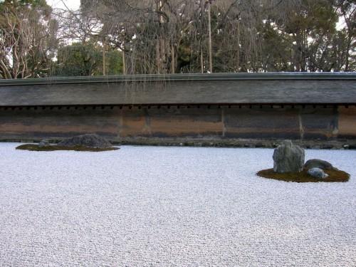 龍安寺の石庭を眺めていると時間と空間の感覚が麻痺してしまします。