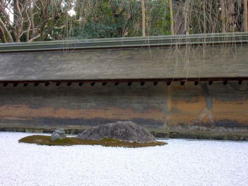 龍安寺の土塀の寂びた味わいは平等院とは対照的な美しさ。(クリックで拡大)