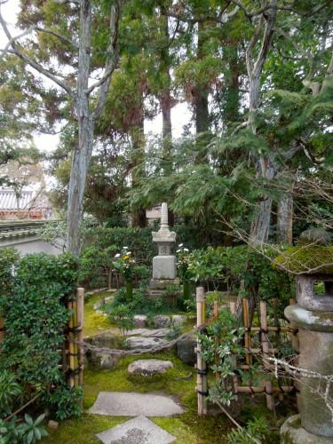 宇治川の合戦で平家軍に敗れ平等院で自刃した源頼政の墓。佇まいがいい。