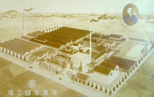昭和10年頃の塚原毛織工場。画面中央に木造3階建ての嘉一邸。左の煙突付近が現在の豊寿苑正面玄関に当たる。左上には小牧山。(クリックで拡大)