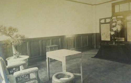 「光栄館」に展示されていた御座所と大輪白菊の生花の写真(昭和2年)。(クリックで拡大)