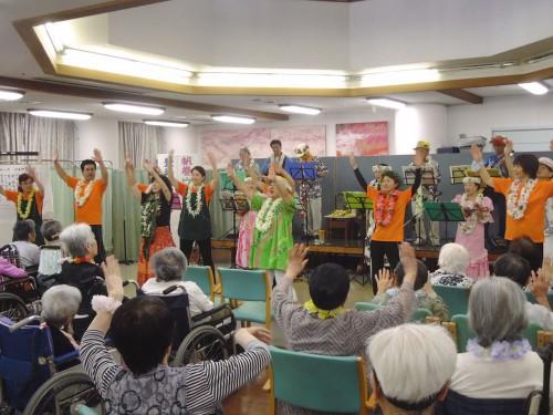ご利用者もいっしょにフラを踊りました。