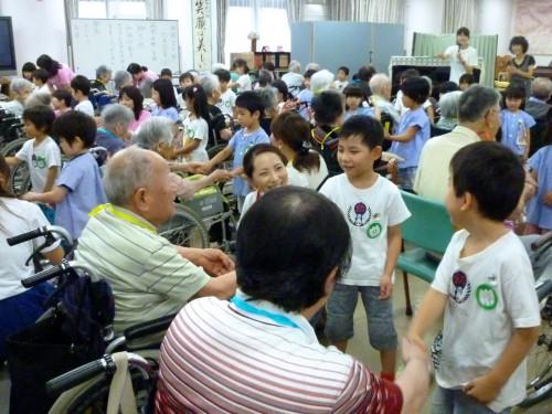 照れくさそうにおじいちゃんと握手。おじいちゃん大感激。