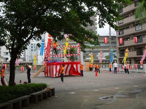 昼からの雨も上がって夏祭りの準備を進めるスタッフたち