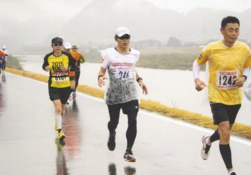 写真がないので11月8日に出場したいびがわマラソンから。どしゃ降り