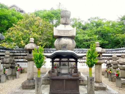 一心寺には夏の陣で酒を飲んでいたために戦没したとされる徳川方の本田忠朝の墓がある