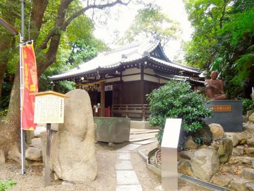 真田幸村(信繁)が最後を迎えたとされる安居神社。右に石碑と朝に幸村の銅像が建つ