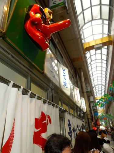 「新世界」に接するジャンジャン横町の人気串カツ店てんぐ