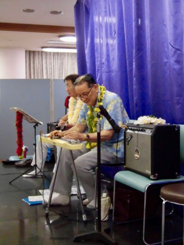 ステージ後方でペダル・スティール・ギターとベースを黙々と演奏