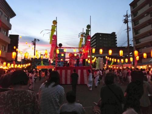 日没前の午後6時40分、盆踊りの輪が膨らみ始める